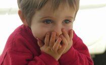 كيف أساعد طفلي على تجاوز مخاوفه من السفر في الطائرة؟