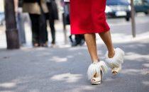 أحذية مزينة بالزغب لإطلالة مرحة