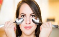 تخلصي من الهالات السوداء تحت العينين باستخدام الملعقة