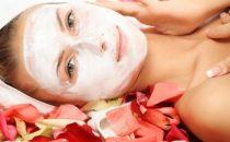 بالخطوات: كيف تقومين بترطيب بشرتك باستخدام مواد طبيعية؟