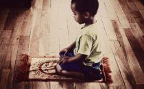 كيف تعلمين ابنك الصلاة