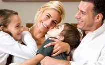 كيف تقللين من الغيرة بين أبنائك؟