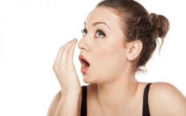 بهذه الطرق تحمين نفسك من رائحة الفم الكريهة