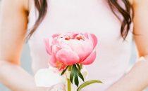 وردة فقط تمسك بها العروس موضة عرائس هذه السنة