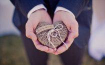 بالصور: أفكار رومنسية ومبتكرة لحامل خواتم الزفاف