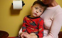 كيف تعالجين أعراض الإمساك لدى طفلك بمواد طبيعية