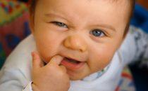 تعرفي على أعراض بداية ظهور الأسنان لدى الطفل