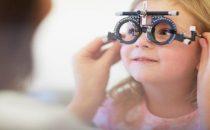 طرق بسيطة لإقناع ابنك بارتداء النظارة الطبية