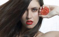 جربي ماسك الطماطم وماء الورد للبشرة الدهنية