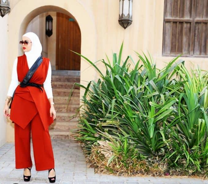 أزياء محجبات باللون الأحمر