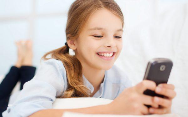 طفلي والهواتف الذكية.. كيف أتصرف ؟