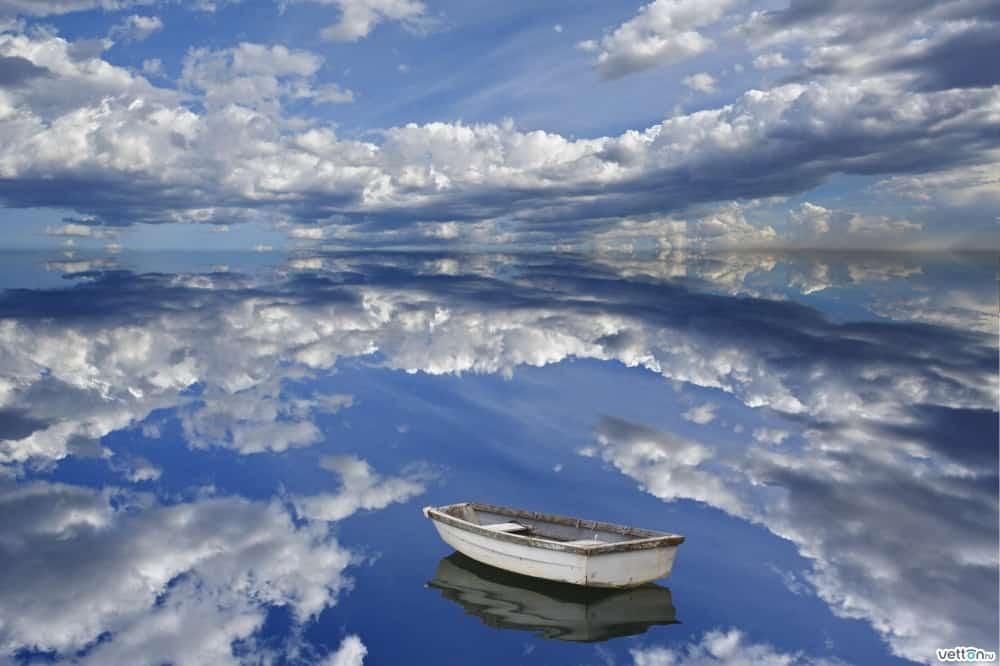 السحب على البحيرة في بوليفيا