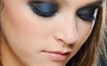 بالخطوات: ماكياج عيون بتدرجات اللون الأزرق