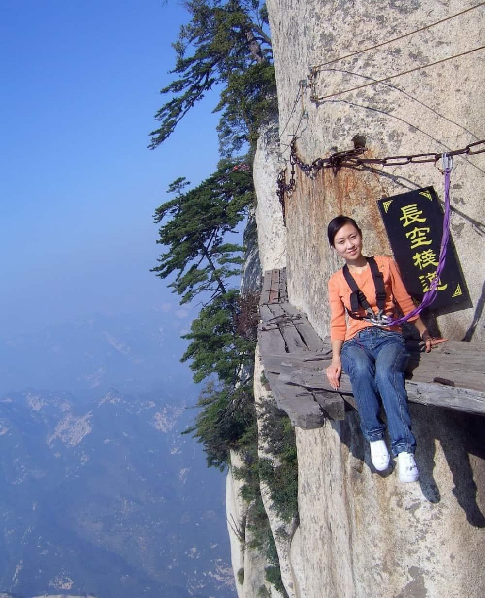 طريق الموت على ارتفاع 2130 مترا عن سطح البحر في الصين