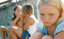 إنطواء طفلك.. أسبابه و طرق علاجه