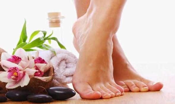 8 علاجات منزلية للتخلص من مشكلة تشقق الكعب نهائيًا