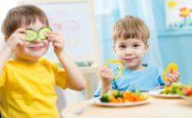 نصائح تجعل طفلك يتناول طبق الطعام بسهولة