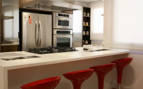 الكراسي العالية لإطلالة مطبخ عصرية