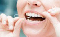 اكتشفي الطريقة الصحيحة لاستعمال خيط الأسنان