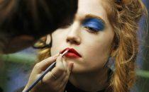 اكتشفي أبرز صيحات ماكياج العيون من أسابيع الموضة حول العالم