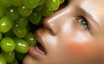 مقشر طبيعي باستخدام العنب والفيتامين C