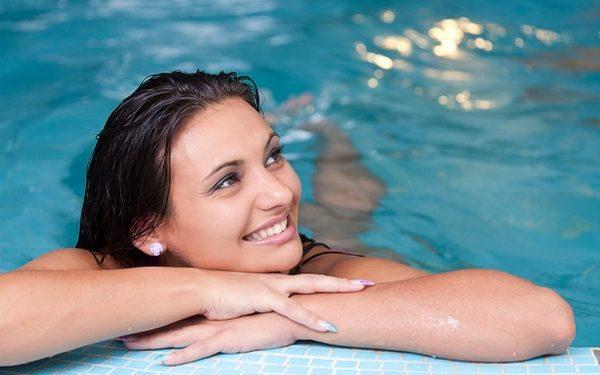 5 خطوات للعناية بالشعر المصبوغ أثناء السباحة
