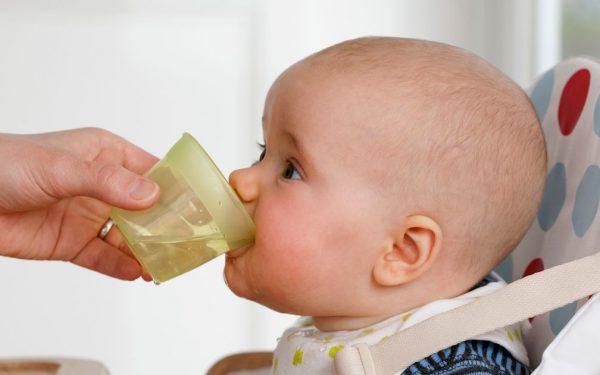 متى يبدأ الطفل الرضيع شرب الماء؟