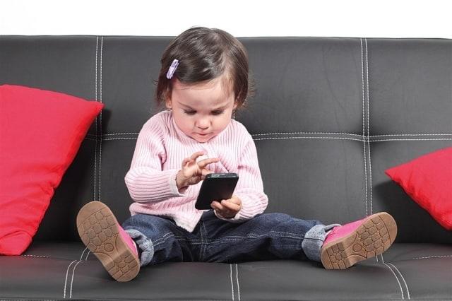 مخاطر استخدام الهاتف المحمول على الطفل