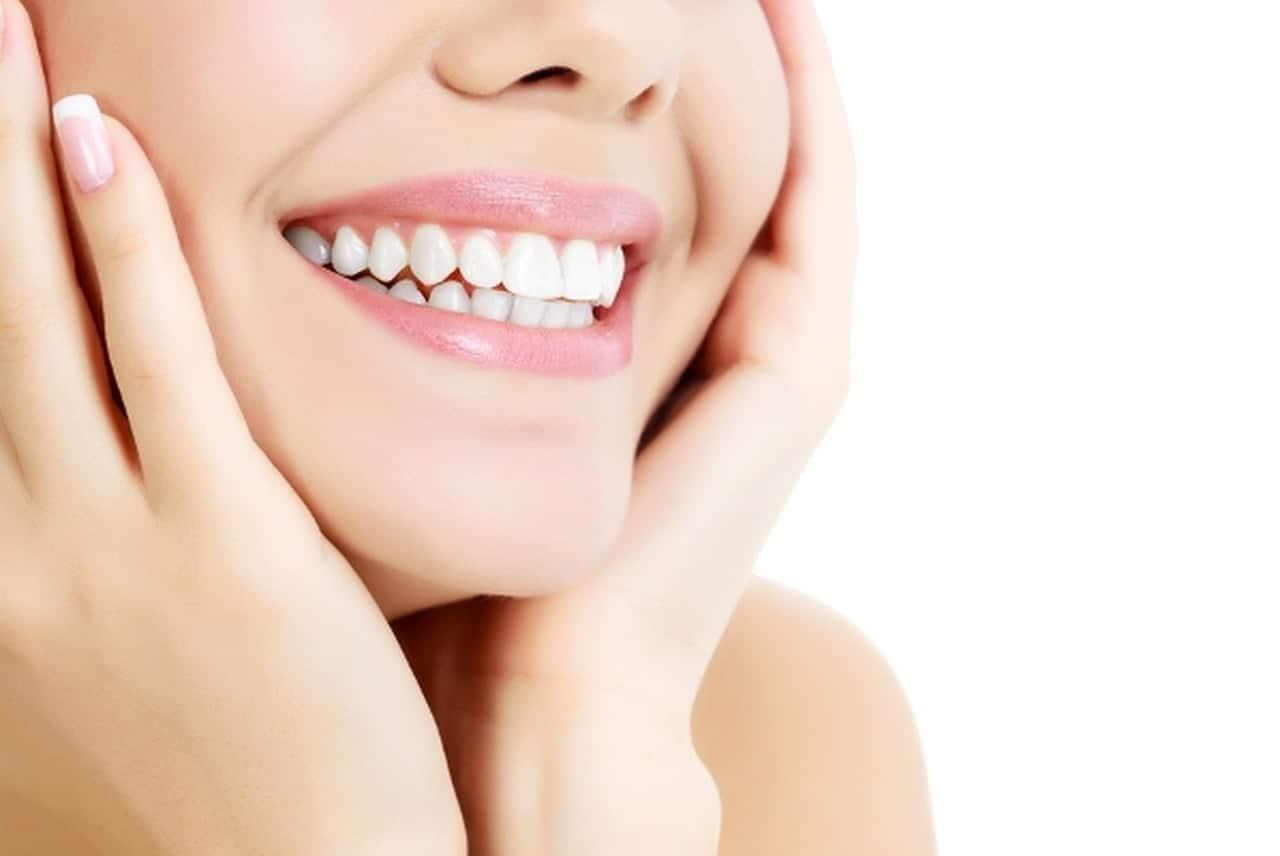تبييض الأسنان طبيعيًا