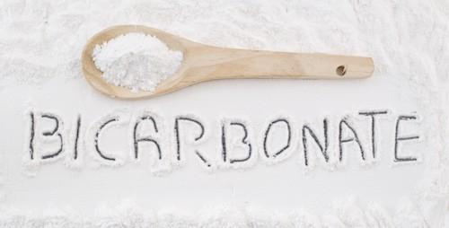 Bicarbonato de sodio sobre textura de madera rstica