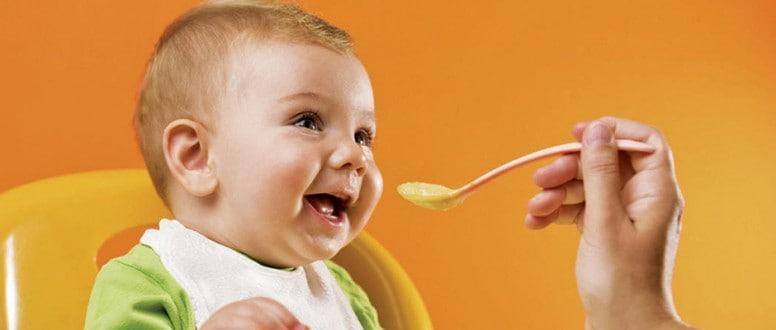 ما هي السن المناسبة لإطعام الطفل؟