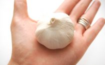 طرق التخلص من رائحة الثوم من اليدين