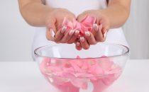 وصفات ماء الورد لحل كل مشاكل البشرة