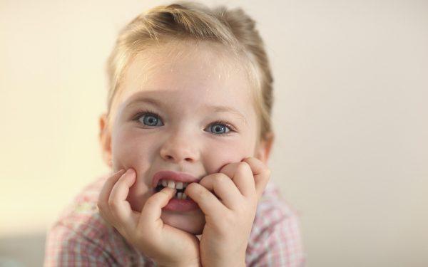 كيف تخلصين ابنك من عادة قضم الأظافر؟