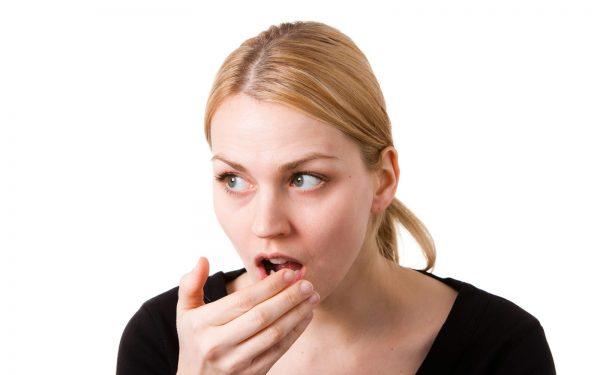 أسباب وحلول لرائحة الفم الكريهة
