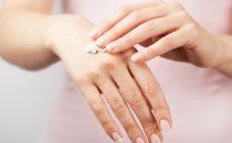 أفضل الوصفات الطبيعية لتفتيح اليدين