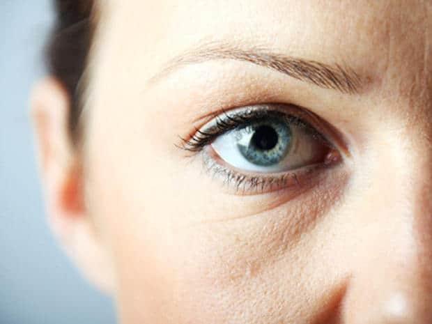 طرق سهلة للتخلص من الانتفاخ تحت العينين