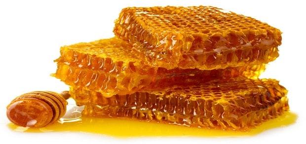 وصفات طبيعية لتحضير مرطب الشفاه بشمع العسل