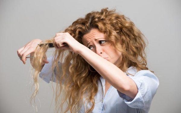 تخلصي من الشعر المجعد بهذه الوصفات الفعالة