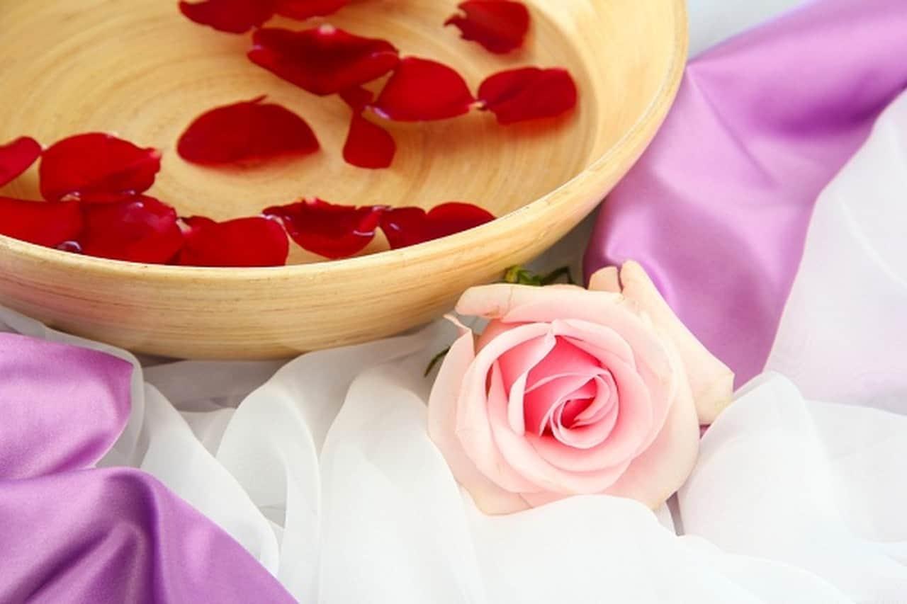 4 وصفات من ماء الورد لتجميل وجهك