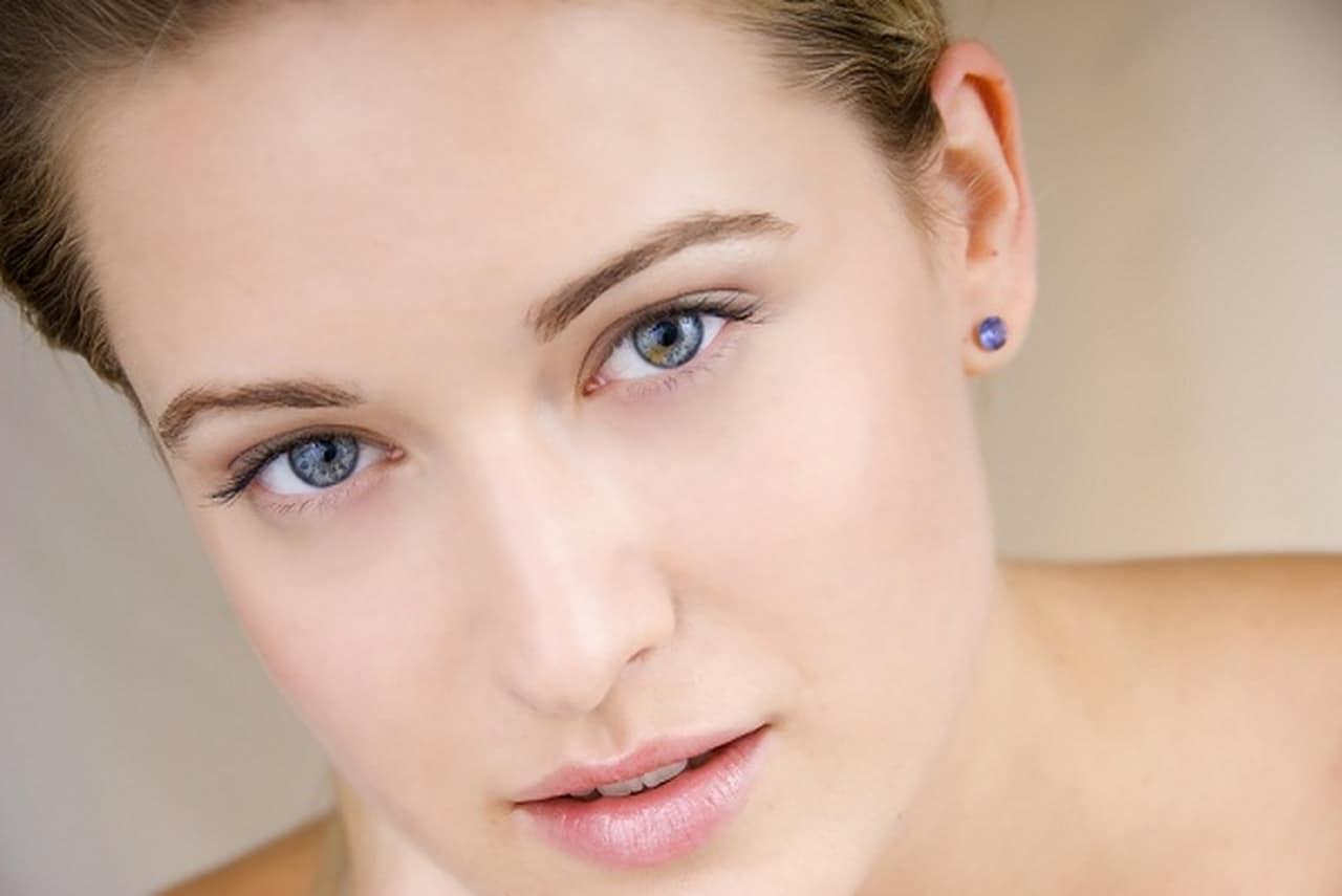 اتبعي هذه الخطوات لحماية بشرتك من علامات الشيخوخة المبكرة
