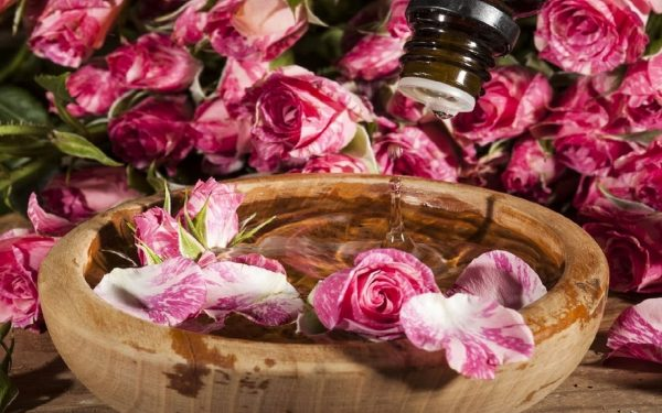 استخدامات ماء الورد لبشرة خالية من العيوب