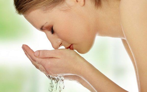 تجنبي هذه الأخطاء أثناء تنظيف البشرة اليومي