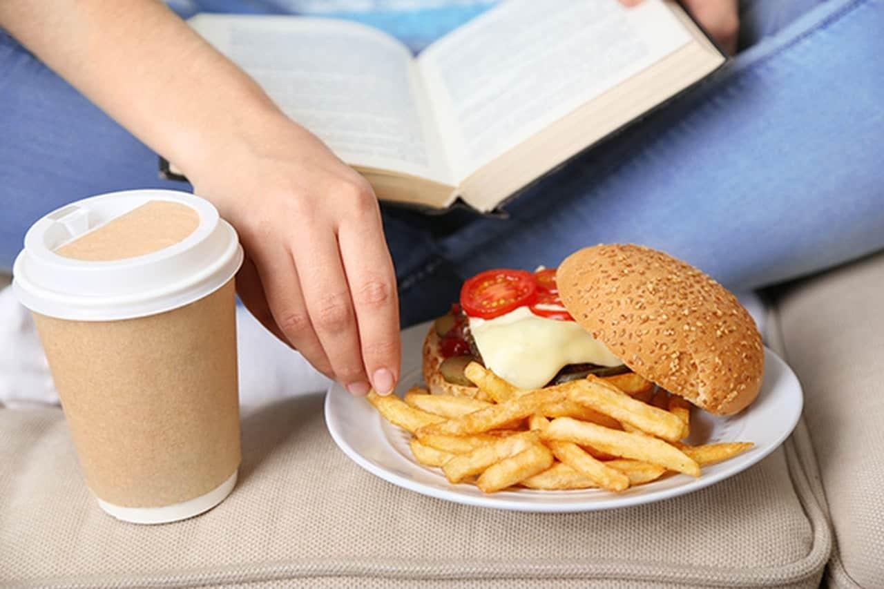 أطعمة تحفز ظهور حب الشباب