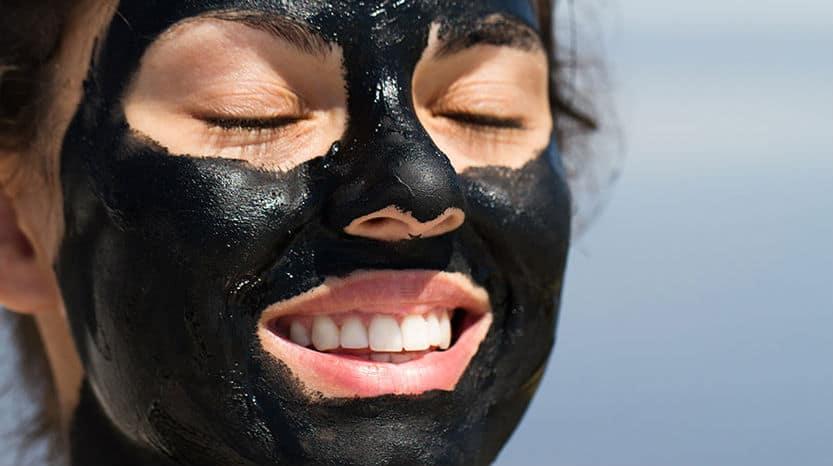 جربي قناع الفحم لتوحيد لون البشرة