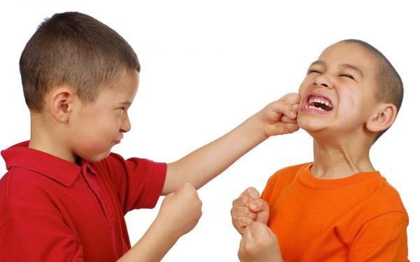 كيف تتعاملين مع الطفل العنيف والعدواني؟