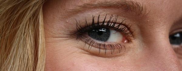 كريمات طبيعية للعناية بمحيط العينين