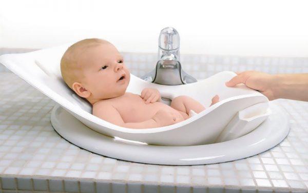 إليك أهم الخطوات الضرورية عند تحميم الطفل الرضيع