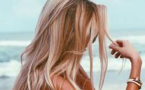 إليك هذه الطرق الطبيعية لتفتيح لون الشعر في المنزل