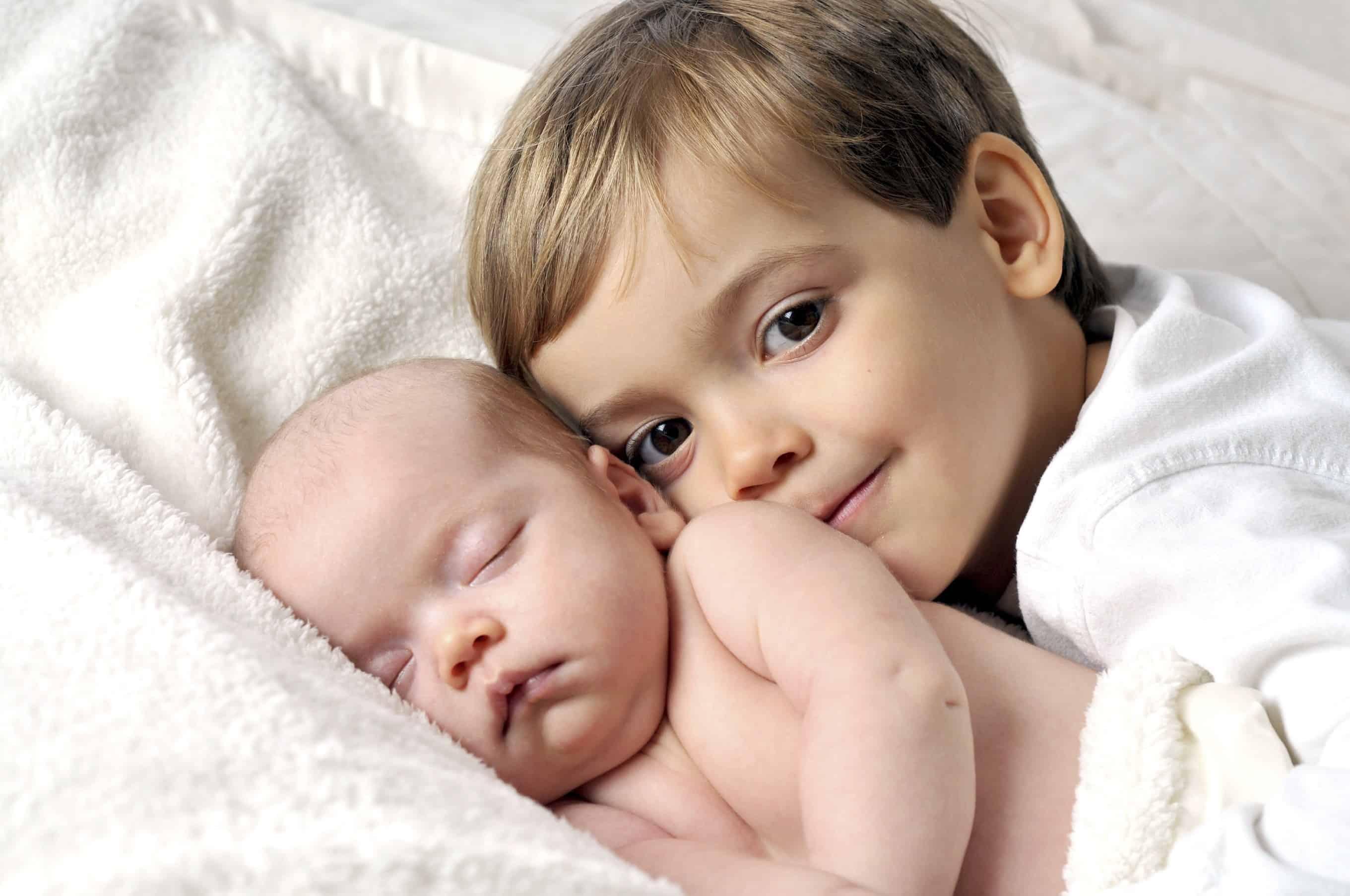 غيرة الطفل من المولود